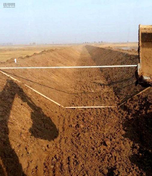 挖机刷坡技巧:要做到心到!眼到!机到!(图2)